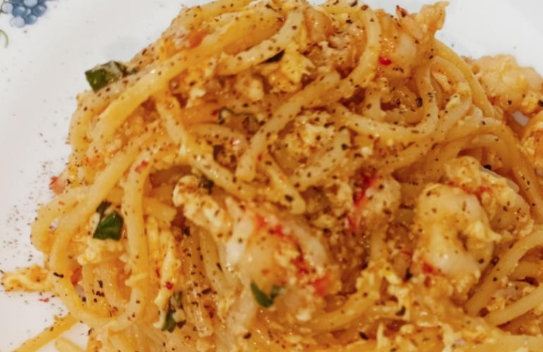 Spaghetti con gamberoni, crema di uovo e lime: profumato e perfetto per la domenica di primavera