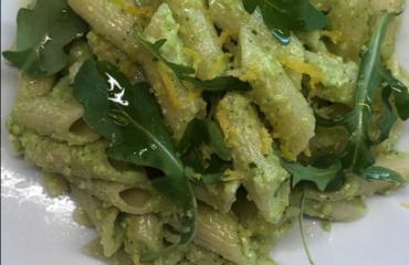 Penne pesto di rucola e limone: tre ingredienti per un piatto super digeribile e leggero. Ecco la ricetta di Benedetta