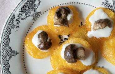 Polentina croccante con formaggio morbido e funghi: una cena super leggera e buonissima