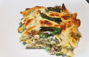 Penne gratinate con asparagi, salsiccia e fiordilatte.