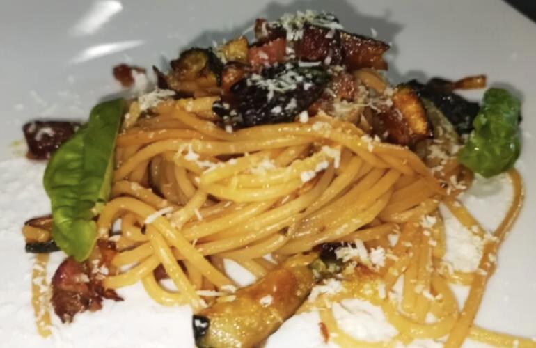 Spaghetti con zucchine e pancetta croccante