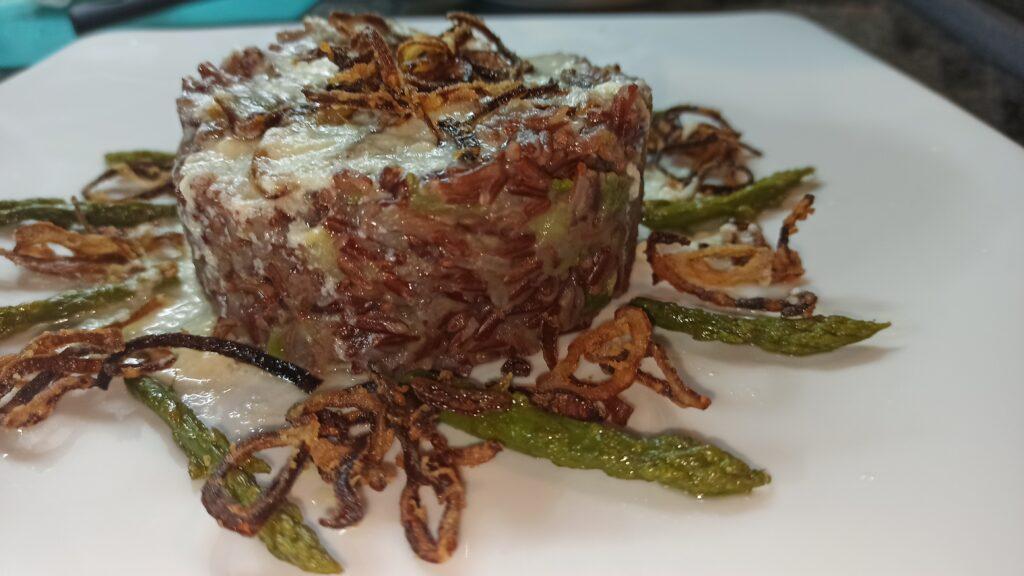 riso rosso con asparagi cipolla croccante e crema di parmigiano