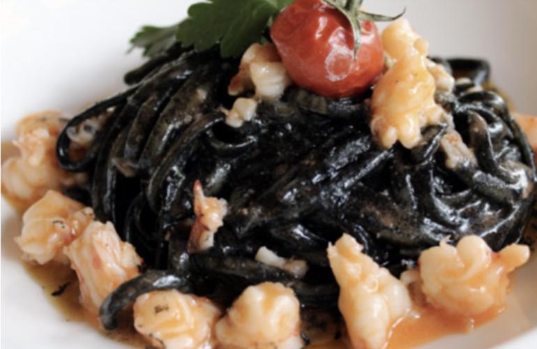 Spaghetti al nero di seppia con salsa ai gamberi