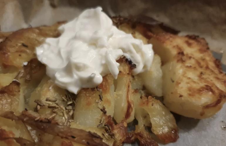 Patata schiacciata croccante con crema di formaggio