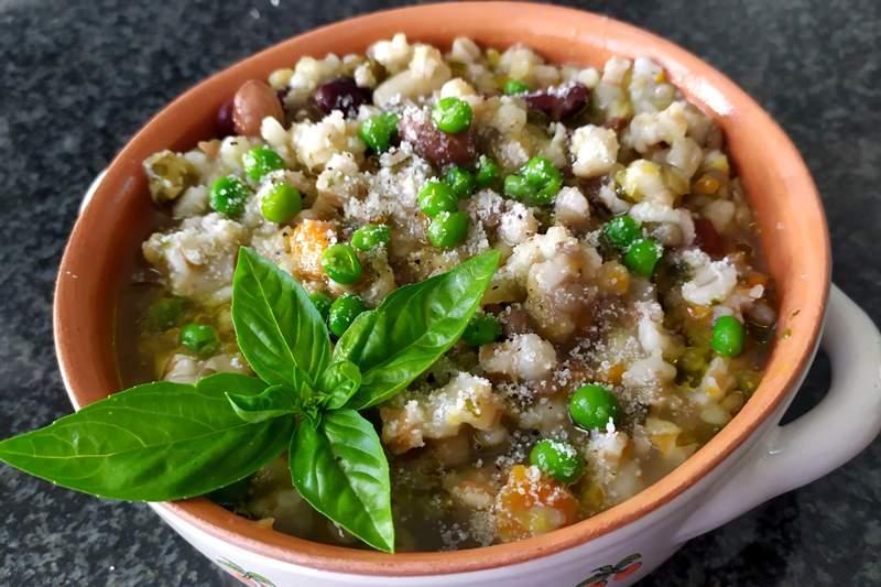 Zuppa di legumi e cereali con verdure