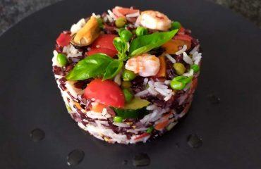 Riso bicolore con verdure e frutti di mare
